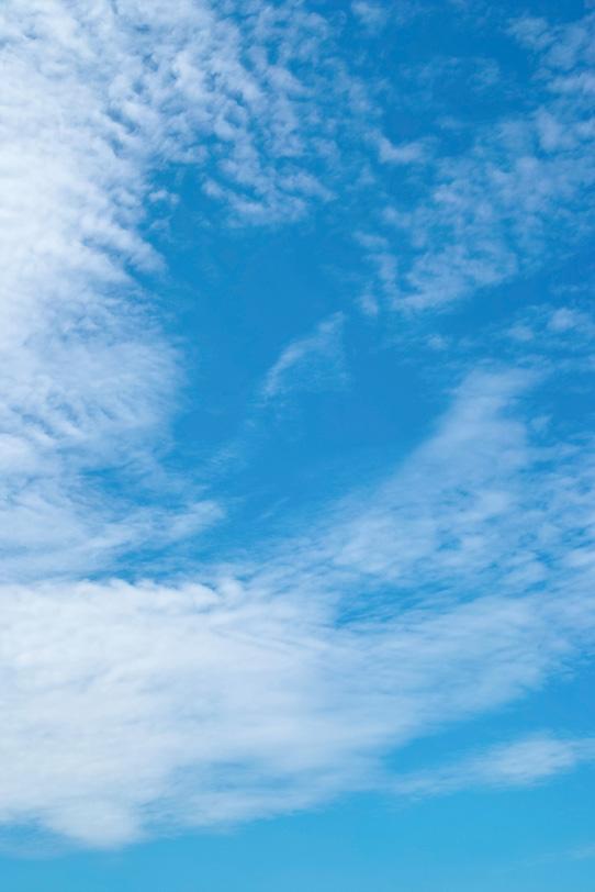 風に吹かれ青空にバラける雲の写真画像