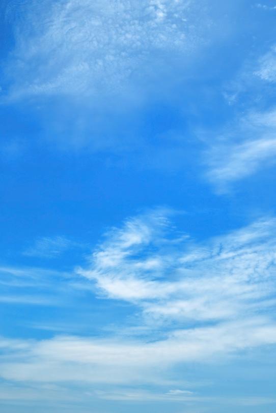 青空に滲むように筋を描く雲の写真画像