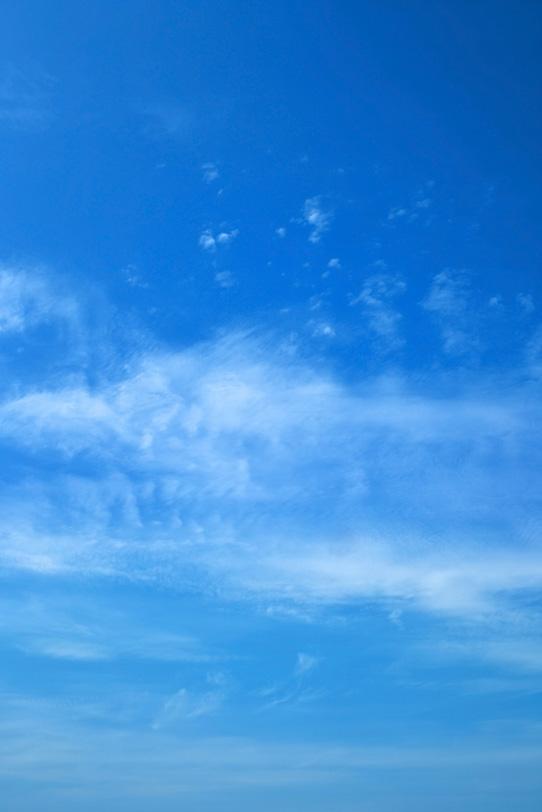 青空に筆で塗ったような雲の写真画像