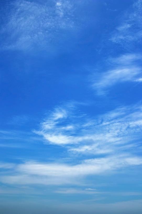 巻雲が描く青空のグラデーションの写真画像