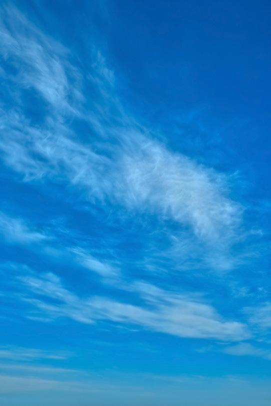 もつれ雲が掻き乱す青空の写真画像
