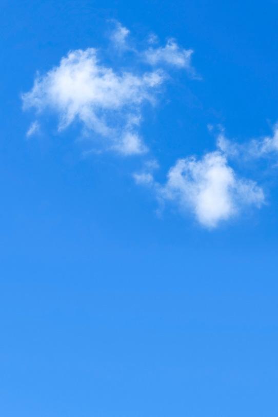 断片雲と絵具を塗ったような青空の写真画像