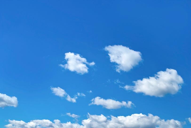 青空を泳ぐ真白の綿雲の写真画像
