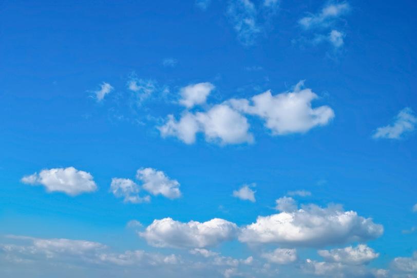 雲が長閑に漂う心地よい青空の写真画像