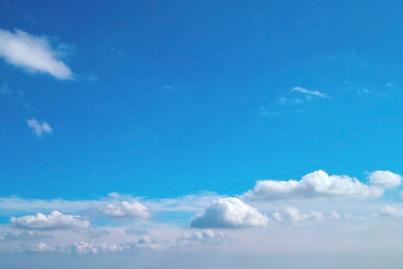 快然な青空に浮かぶ島のような雲の写真画像