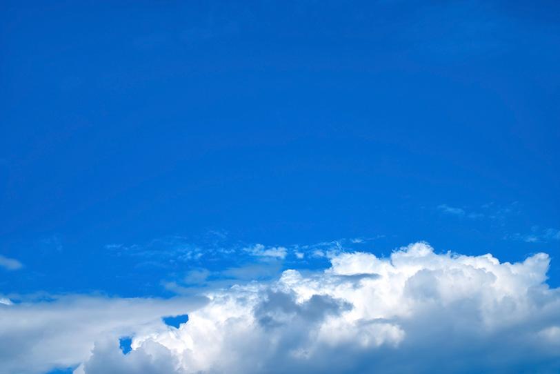 透徹した青空に横たわる積雲の写真画像