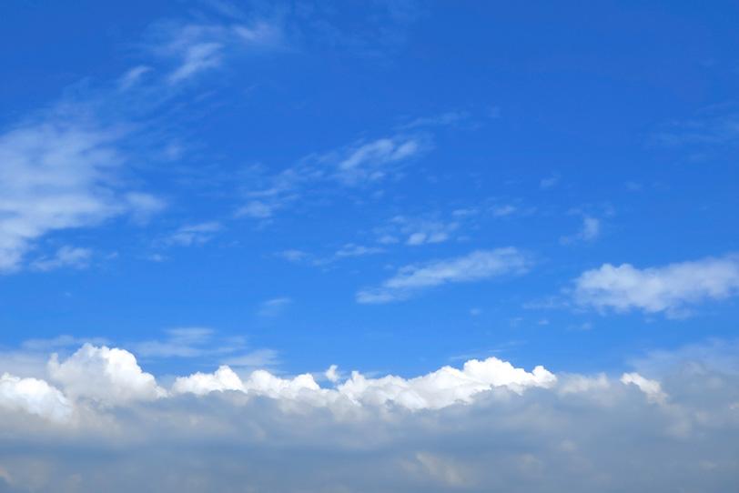 涼やかな青空に広がる層積雲の写真画像