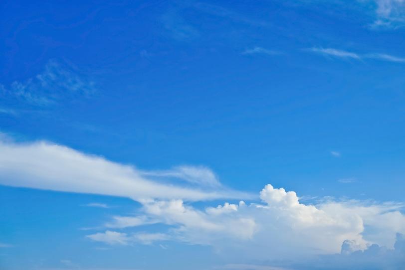 遠くに積乱雲が浮かぶ夏の青空の写真画像