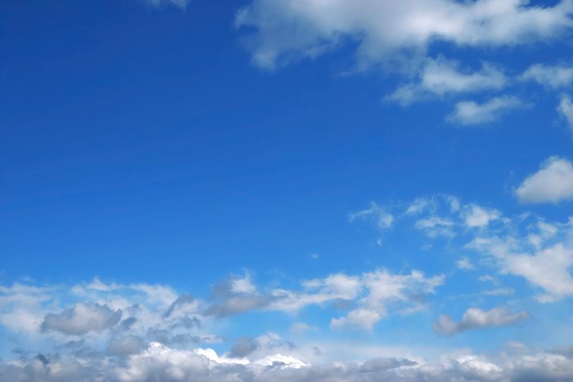 澄んだ青空に千切れて漂う雲の写真画像