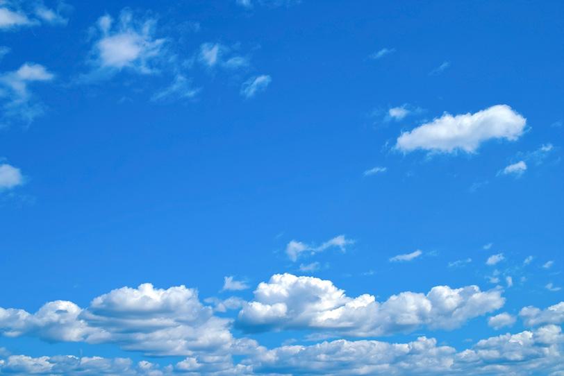 爽やかな青空の下に群れる積雲の写真画像
