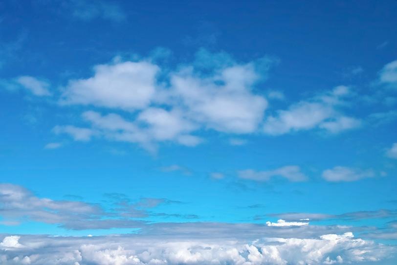 清らかな青空と横に伸びる雲の写真画像