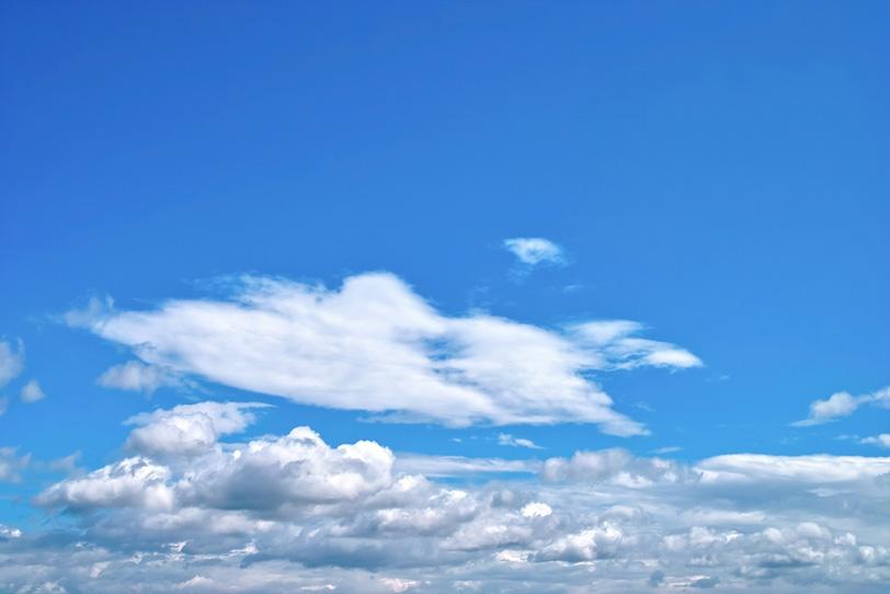 濃密雲と積雲が浮かぶ青空の写真画像