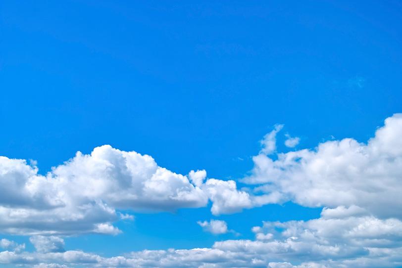 並積雲の上に広がる青空の写真画像