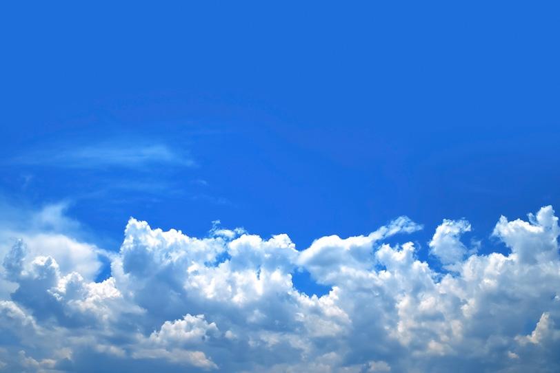 青空と波のように押し寄せる積乱雲の写真画像