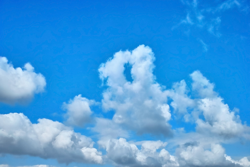 連なる白い積雲と青空の写真画像