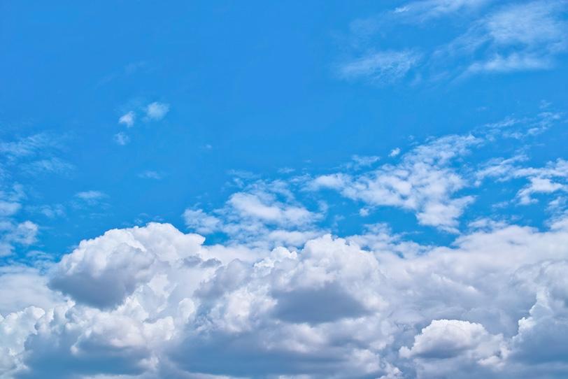 積雲群が広がる明澄な青空の写真画像