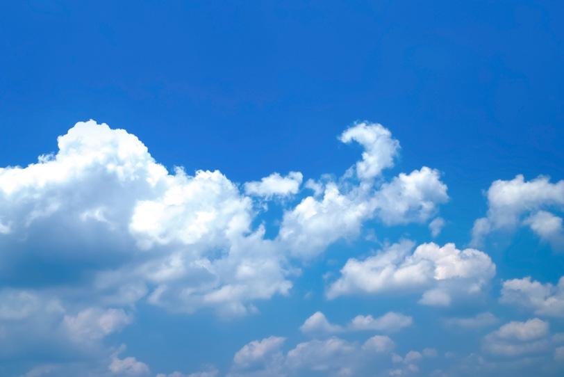 青空にふわふわと浮かぶ幾つもの雲の写真画像