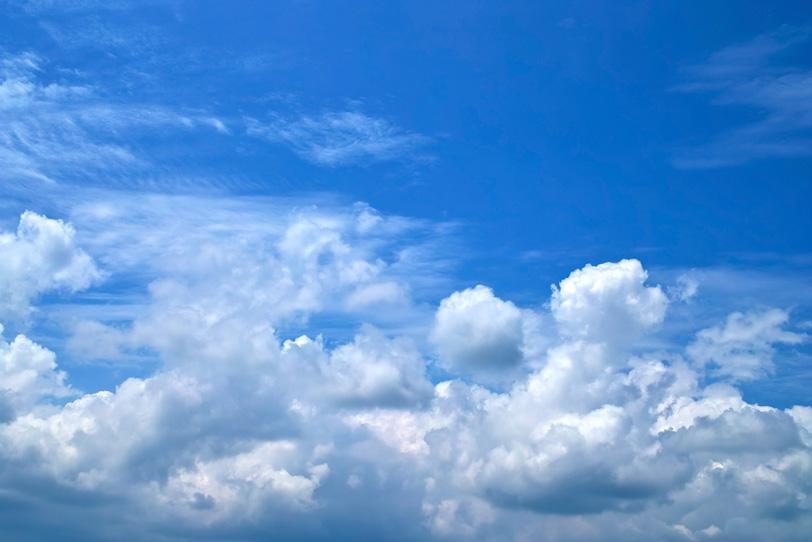 並雲の上を流れるような青空の写真画像