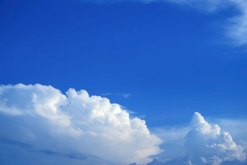 雄大雲が佇む壮観なる青空の写真画像