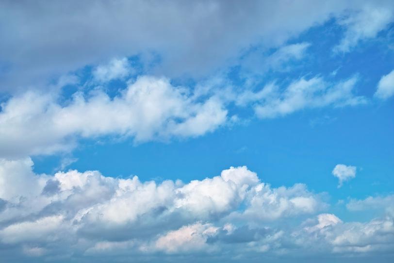 青空の奥に続く扁平雲の写真画像