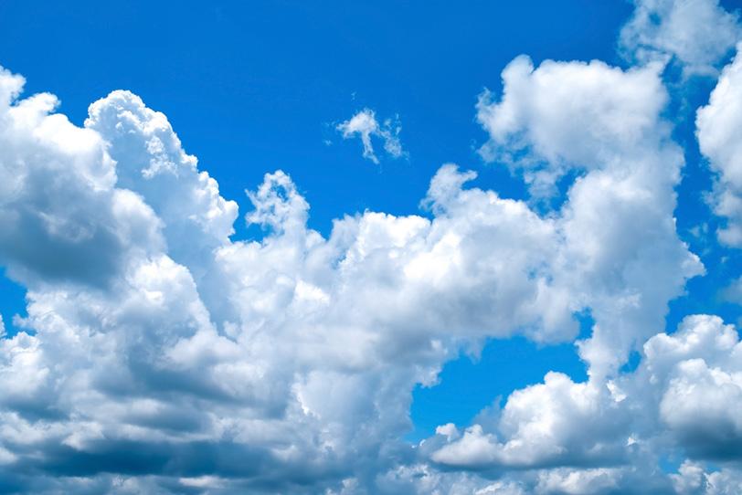 青空と崩れ落ちる積乱雲の写真画像