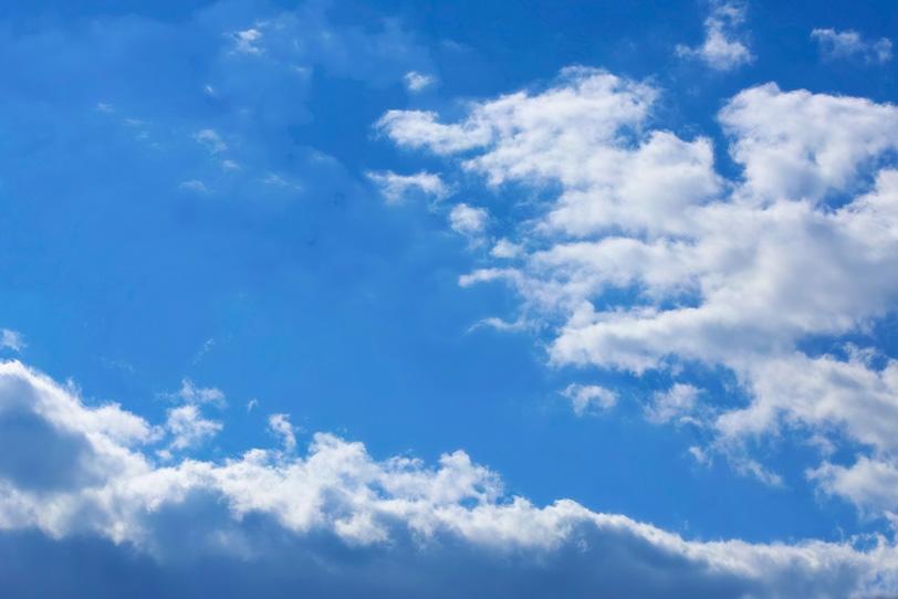 青空に立ちふさがる大きな雲の写真画像