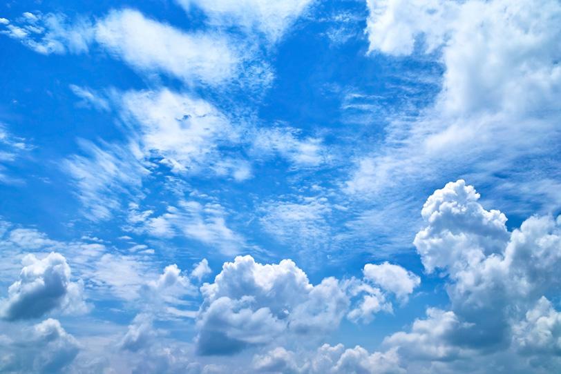 大きな雲が遥かに続く壮大な青空の写真画像