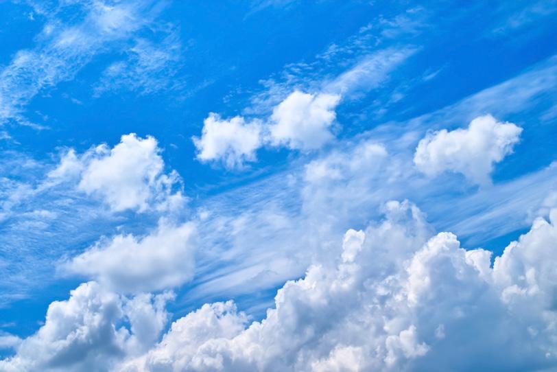 山のように高く連なる雲と青空の写真画像