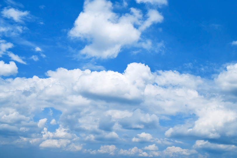 青空に群がり集まる雲の写真画像