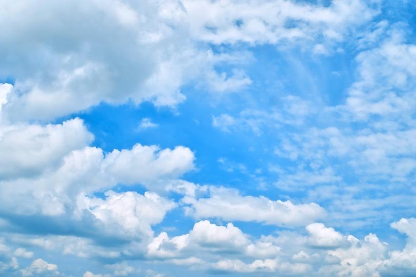 青空の下をゆっくりと進む群雲の写真画像