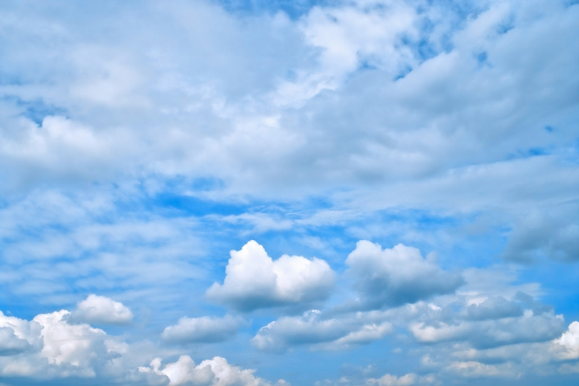 青空を埋める巻雲と積雲の写真画像