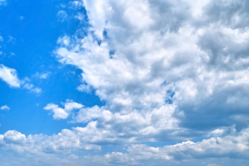 青空を行進する雲の群の写真画像