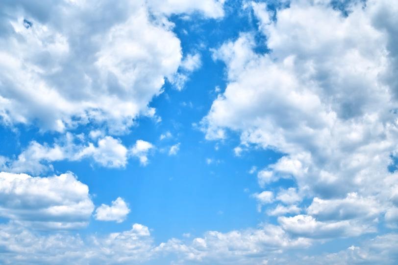 輪を描くように青空を囲む雲の写真画像