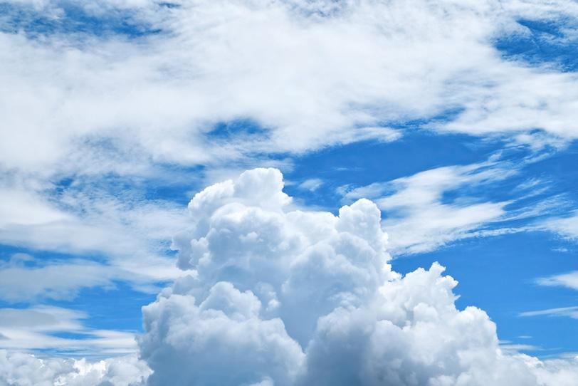 青空に盛り上がる雲の写真画像