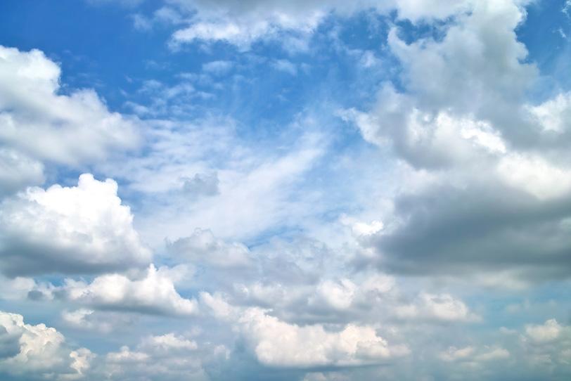 並積雲が群れ集う雄大な青空の写真画像