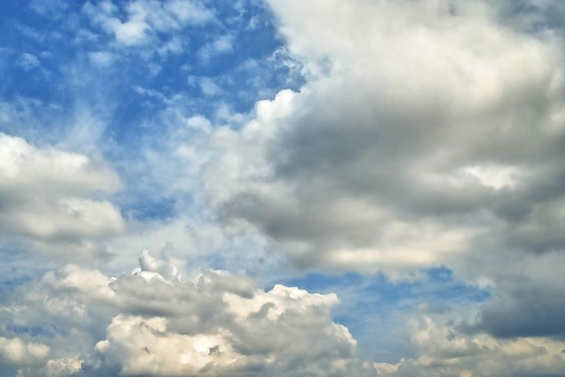 午後の青空を埋める大小の雲の写真画像