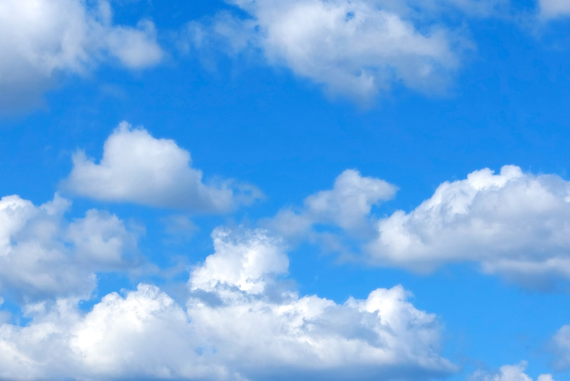 白い雲を引き立てる鮮麗な青空の写真画像