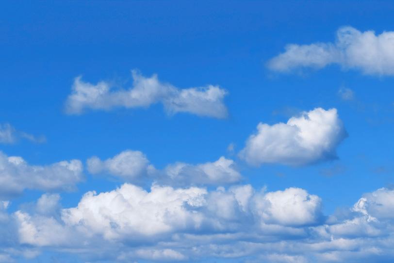 青空と群れるように重なる雲の写真画像