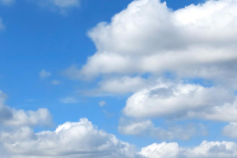 青空に寄り集まる扁平積雲の写真画像