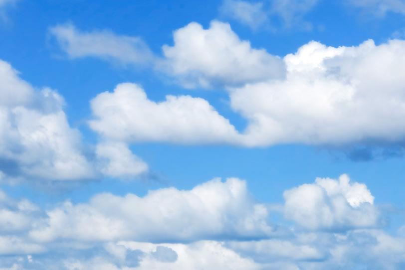 濁りがない青空と白い浮雲の写真画像