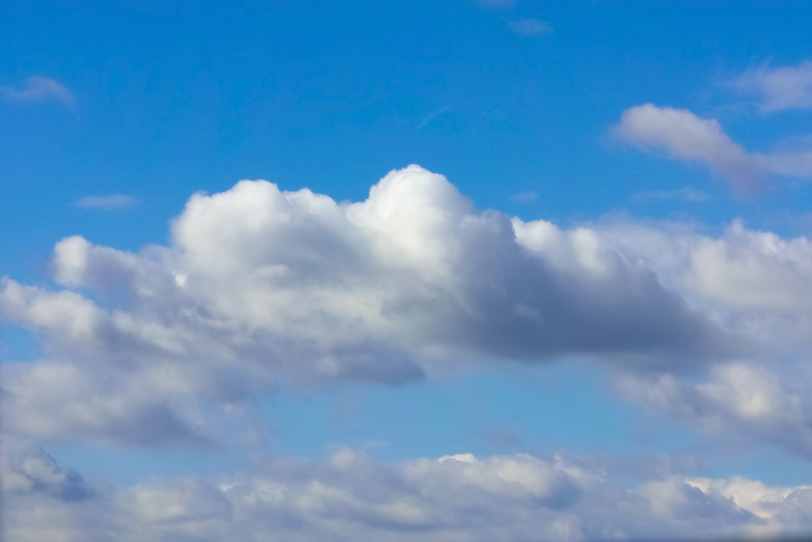 青空に溶けるような雲の写真画像