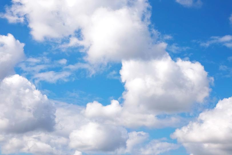 青空と上に連なる白い綿雲の写真画像