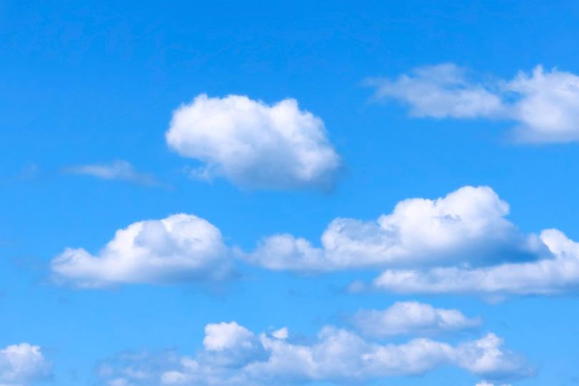 青空に並んで浮遊する積雲の写真画像