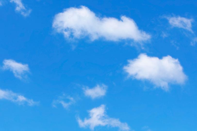 青空に散らばる千切れ雲の写真画像