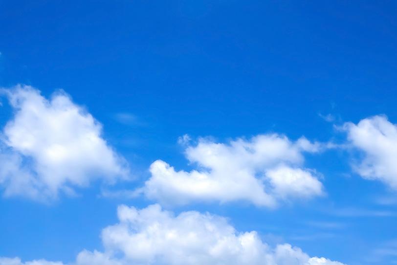 青空と風に流される断片雲の写真画像