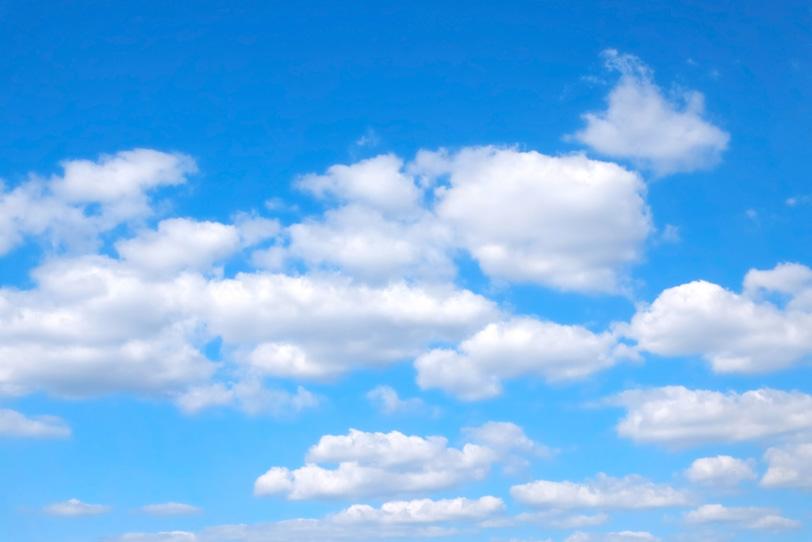 青空とのんびりとした扁平雲の写真画像