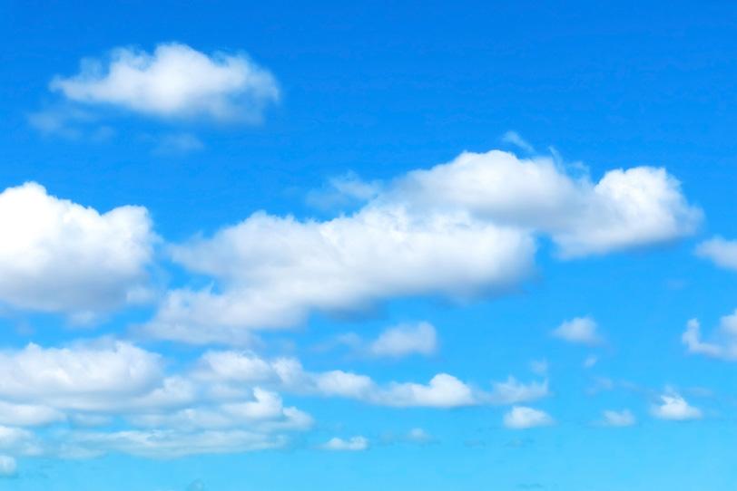 清明な青空に浮かび漂う雲の写真画像