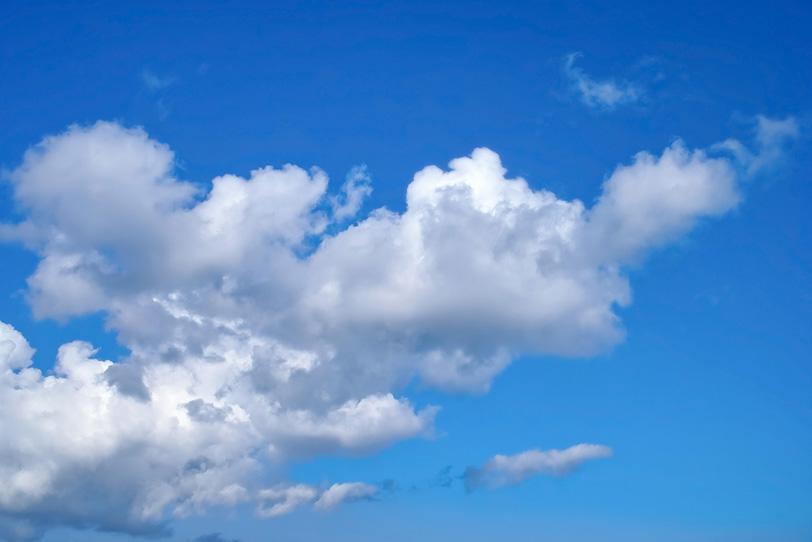 青空に伸びる雲の塊の写真画像