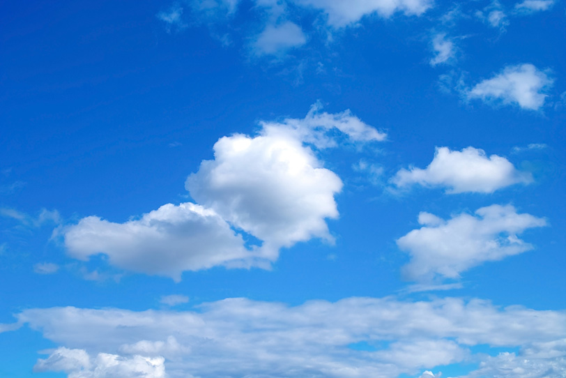 美しい青空に漂う雲の写真画像