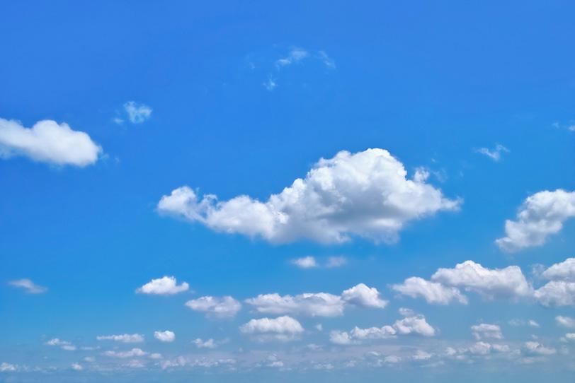 青空に群れをなして浮かぶ綿雲の写真画像